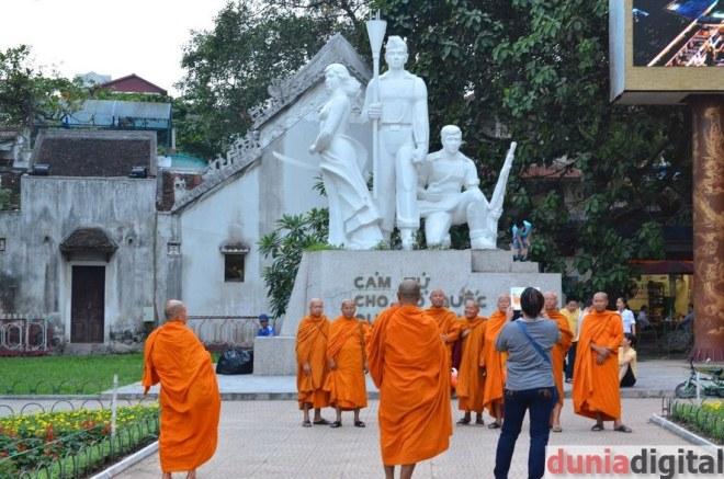 Para Bhiksu sedang berkumpul
